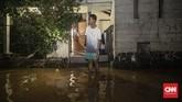 Banjir juga melanda rumah sejumlah warga di Bina Warga, Rawajati, Jakarta Selatan, sehingga para penghuninya mengungsi. Data posko banjir Jakarta mencatatlebih dari 31 ribu orang mengungsi akibat banjir tahun baru ini.(CNN Indonesia/Bisma Septalisma)