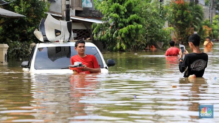 Melihat Penampakan Mobil-mobil yang Hanyut di Ciledug Indah