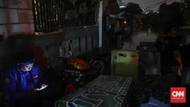 Hingga Kamis (2/1) siang, banjir belum teratasi sepenuhnya, terutama di Bekasi dan Jakarta Selatan. Masih terdapat warga yang terjebak di bagian atas rumah menunggu evakuasi petugas. (CNN Indonesia/Bisma Septalisma)