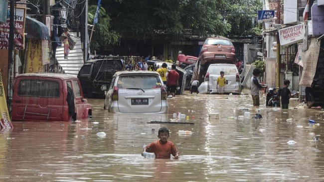 Sejumlah kendaraan terdampak banjir di Perumahan Pondok Gede Permai di Bekasi, Jawa Barat, Kamis (2/1/2020). Banjir yang telah menggenangi rumah warga selama dua hari tersebut akibat luapan Kali Bekasi. (ANTARA FOTO/Fakhri Hermansyah)