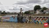 Warga beraktivitas di Jalan Jatinegara Barat Jakarta, Kamis (2/1). Kawasan itu menjadi salah satu yang terdampak banjir akibat curah hujan tinggi pada pergantian tahun 2019-2020.(CNN Indonesia/ Adhi Wicaksono)