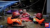 Petugas pemadam kebakaran mengevakuasi warga saat banjir di Kampung Pulo, Jakarta, Kamis (2/1/2020). (CNN Indonesia/ Adhi Wicaksono)