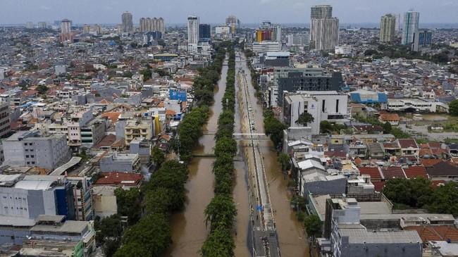 Foto aerial kawasan Jalan Gunung Sahari terendam banjir di Jakarta Pusat, Kamis (2/1/2020). Berdasarkan data Badan Nasional Penanggulangan Bencana (BNPB) per 2 Januari 2020, terdapat 63 titik banjir di wilayah DKI Jakarta. (ANTARA FOTO/Sigid Kurniawan)