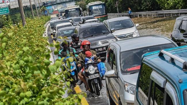 Pengendara sepeda motor melintas di jalan tol lingkar dalam Kebon Jeruk, Jakarta Barat, Kamis (2/1/2020). Akibat banjir di sejumlah ruas jalan di kawasan Kebon Jeruk, PT Jasa Marga (Persero) Tbk memperbolehkan pengguna sepeda motor untuk melintas di dalam Tol Kebon Jeruk. (ANTARA FOTO/Muhammad Adimaja)