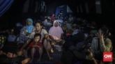 Sejumlah warga terdampak banjir di Jalan Kemang Utara mengungsi di posko pengungsian, dan kompleks ruko terdekat. Beberapa warga mengatakan banjir ini termasuk salah satu banjir terbesar selama 10 tahun terakhir. (CNN Indonesia/Bisma Septalisma)