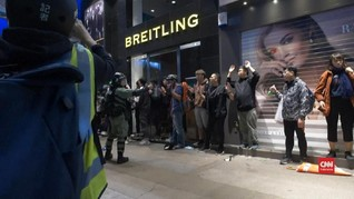 VIDEO: Demo Pertama di 2020, Massa-Polisi Hong Kong Bentrok