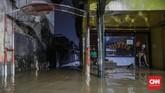Hujan dengan intensitas tinggi terjadi hampir 12 jam dan membuat wargapanik ketika bangun pagi mendapati air sudah memasuki rumah. Dari data BNPB, tercatat 63 titik banjir di wilayah DKI Jakarta dan secara keseluruhan terdapat 169 titik banjir untuk Jabodetabek dan Banten. (CNN Indonesia/Bisma Septalisma)