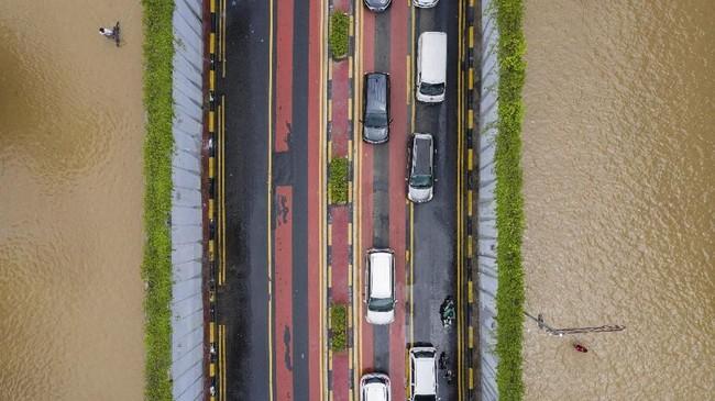 Sejumlah mobil melintasi terowongan (underpass) saat terjadi banjir di Jalan Angkasa, Jakarta Pusat, Kamis (2/1/2020). Berdasarkan data Badan Nasional Penanggulangan Bencana (BNPB) per 2 Januari 2020, terdapat 63 titik banjir di wilayah DKI Jakarta. (ANTARA FOTO/Sigid Kurniawan)