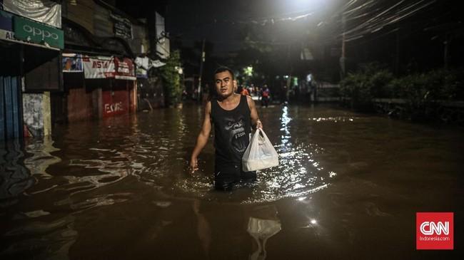 Tahun baru 2020 ditandai oleh banjir yang melanda sejumlah wilayah di Jabodetabek. Salah satunya di Kemang Utara, Jakarta selatan, yang membuat sejumlah warga mengungsi ke posko pengungsian dan kompleks ruko terdekat. (CNN Indonesia/Bisma Septalisma)
