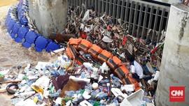 Pemulung Raih Untung Saat Banjir Jakarta