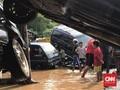 Klub Off Road Evakuasi Warga dan Mobil Ringsek Korban Banjir