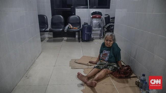 BPNB juga mencatat korban meninggal dunia bencana banjir di Jabodetabek mencapai 16 orang, dengan tiga di antaranya lansia yang terkena hipotermi. (CNN Indonesia/Bisma Septalisma)