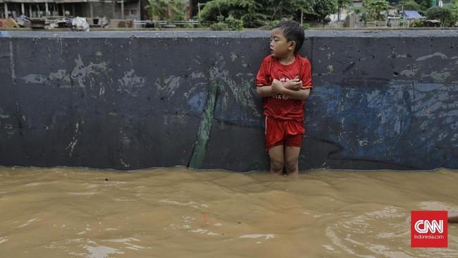 Berdasarkan data Badan Nasional Penanggulangan Bencana (BNPB) per 2 Januari 2020, terdapat 63 titik banjir di wilayah DKI Jakarta dan secara keseluruhan terdapat 169 titik banjir untuk Jabodetabek dan Banten. (CNN Indonesia/ Adhi Wicaksono)