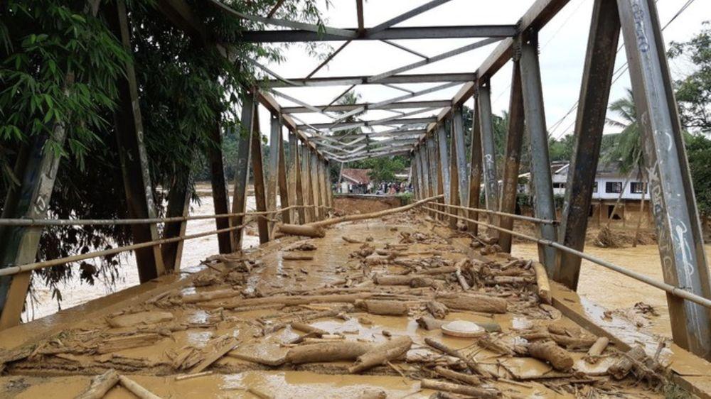Selain di Jakarta dan sekitarnya, banjir juga terjadi di Kabupaten Lebak, Banten. Banjir itu menyebabkan sejumlah jembatan terputus. Akibatnya, ada delapan desa yang terisolasi. (Bahtiar Rifai/detikcom)