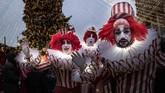 Penampilan pemain di Holiday's Market dekat Red Square untuk Tahun Baru dan perayaan Natal Ortodoks di Moskow, Rusia, Senin, (30/12) 2019. (AP Photo/Alexander Zemlianichenko)