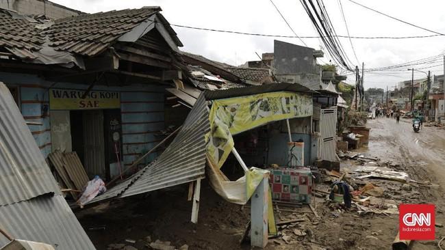 Banjir menerjang rumah warga sekitar pukul 10.00-12.00 pada Rabu (1/1) siang. Debit air seketika datang dalam jumlah yang besar. (CNN Indonesia/Adhi Wicaksono)