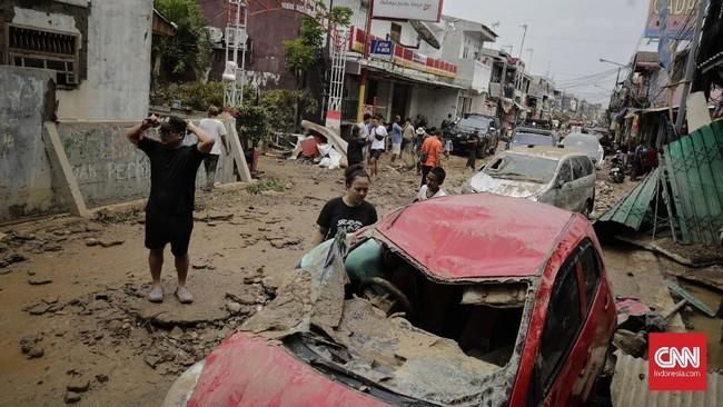 Sebagian besar kondisi mobil rusak. Mulai dari kaca pecah hingga bodi penyok dan baret akibat tertimpa mobil lainnya di sepanjang jalan perumahan tersebut. (CNN Indonesia/Adhi Wicaksono)