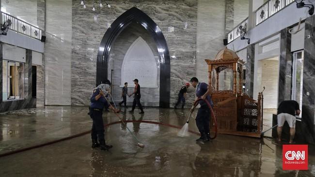 Rumah ibadah ikut terendam banjir di Perumahan Pondok Gede Permai. Para korban banjir sempat dievakuasi ke beberapa lokasi. Sisanya sempat terjebak di rumah masing-masing dan mengungsi di rumah kerabat.(CNN Indonesia/Adhi Wicaksono)