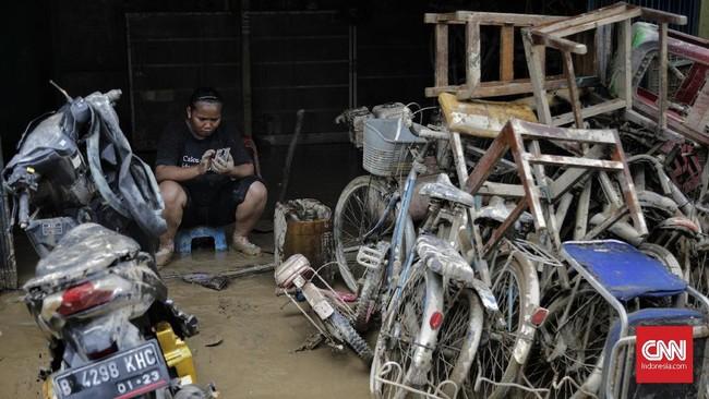 Warga Perumahan Pondok Gede Permai menduga banjir yang merendam daerahnya adalah air kiriman dari sungai Cileungsi dan Cikeas. (CNN Indonesia/Adhi Wicaksono)