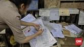 Sejumlah dokumen penting milik warga ikut terendam banjir. Warga mulai membersihkan rumahnya masing-masing ketika banjir telah surut. (CNN Indonesia/Adhi Wicaksono)