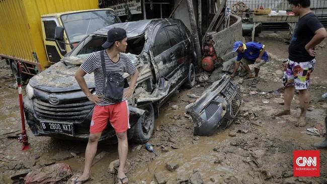Belum ada pemilik mobil dan sepeda motor yang berupaya mengevakuasi kendaraan mereka. (CNN Indonesia/Adhi Wicaksono)