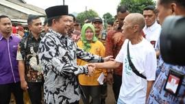 Korban Banjir Cium Tangan dan Minta Bantuan Tito Karnavian