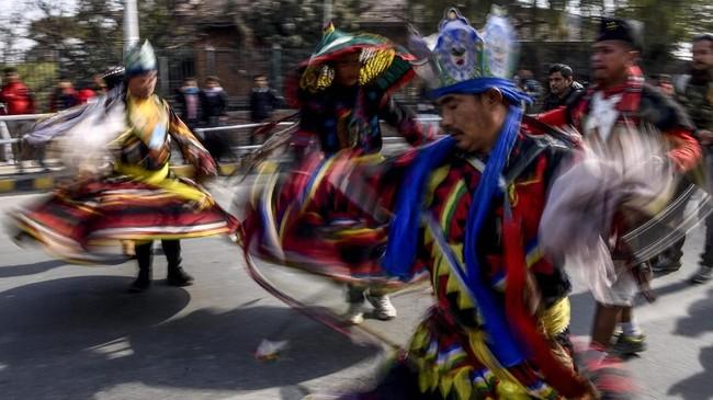 Anggota komunitas asli Gurung mengenakan pakaian tradisional saat menari dalam perayaan Tahun Baru 'Tamu Lhosar' di Kathmandu, Nepal pada (31/12). (Photo by PRAKASH MATHEMA / AFP)