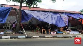 Listrik Belum Menyala, Warga Manggarai Mengungsi di Trotoar
