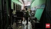 Badan Nasional Penanggulangan Bencana (BNPB) mencatat jumlah korban meninggal akibat banjir dan longsor di Jabodetabek, Banten, dan Jawa Barat per Sabtu (4/1) bertambah menjadi 53 orang. (CNN Indonesia/Adhi Wicaksono)