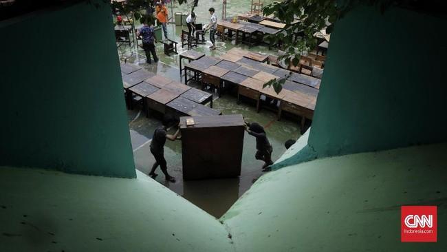 Data Kemendikbud menyebutkan per 3 Januari 2020 terdapat 290 sekolah terdampak banjir di wilayah DKI Jakarta, yang terdiri dari 201 sekolah terendam banjir dan 89 sekolah mengalami gangguan pada akses menuju sekolah. (CNN Indonesia/Adhi Wicaksono)