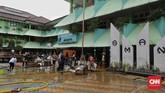 Guru dan murid membersihkan meja dan kursi pascabanjir yang merendam SMA Negeri 8 Jakarta di Bukit Duri, Tebet, Jakarta, Sabtu (4/1). (CNN Indonesia/Adhi Wicaksono)