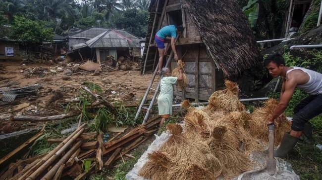Desa Urug merupakan salah satu wilayah yang terparah terkena longsor dan banjir di Sukajaya, akses menuju tempat tersebut masih tertutup serta terisolir sehingga tidak bisa dilewati kendaraan roda dua ataupun roda empat. (ANTARA FOTO/Yulius Satria Wijaya)