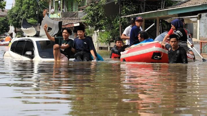 Foto Pekan Ini: Kembang Api, Banjir, Ancaman World War III