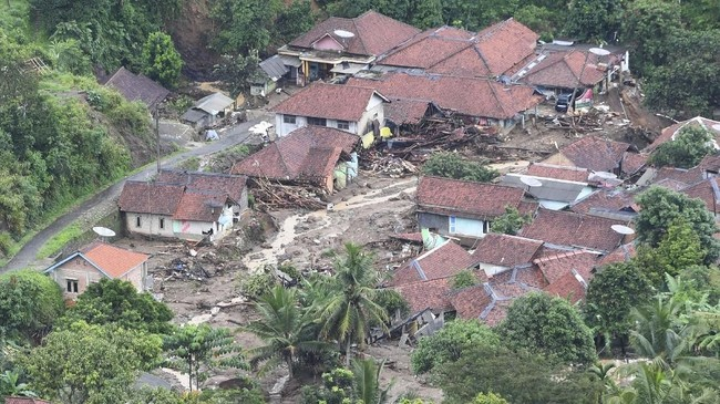 Suasana Kampung Gunung Kembang yang hancur akibat longsor di Sukajaya, Bogor, Jawa Barat, Minggu (5/1/2020). (ANTARA FOTO/Akbar Nugroho Gumay)