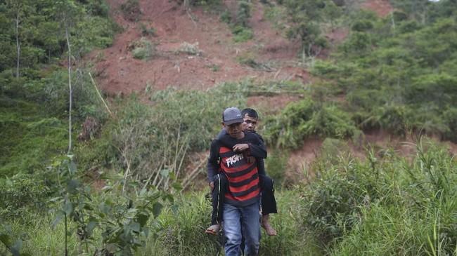 Warga korban longsor mengevakuasi kerabatnya yang sakit di Sukajaya, Bogor, Jawa Barat, Minggu (5/1/2020). (ANTARA FOTO/Akbar Nugroho Gumay)