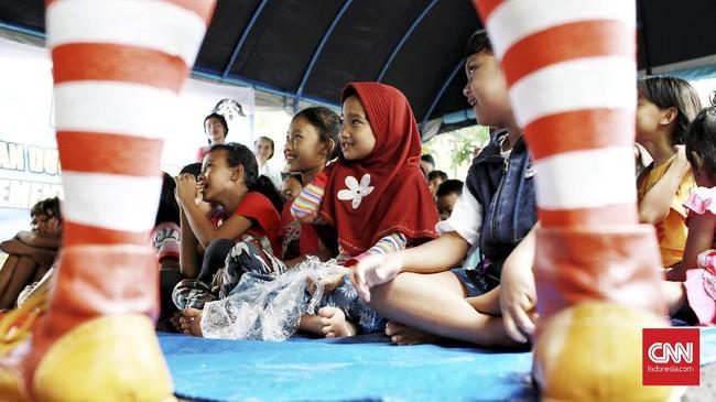 Penyebab utamanya karena tanggul air di Kali Pesanggrahan jebol akibat tak mampu menahan derasnya arus air. (CNN Indonesia/Andry Novelino)