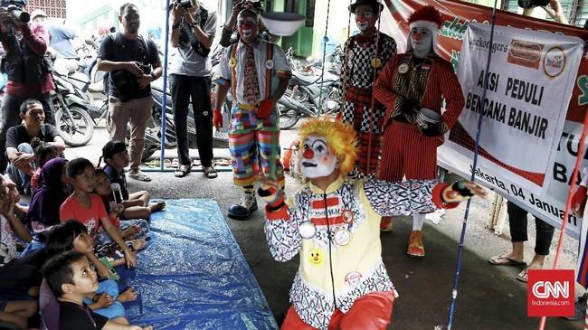 Aku Badut Indonesia menghibur anak-anak korban banjir di posko pengungsi komplek IKPN, Pesanggarahan, Jakarta Selatan. Minggu (5/1). (CNN Indonesia/Andry Novelino)