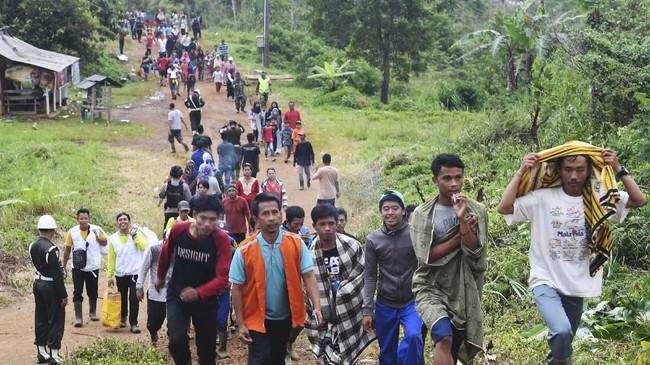 Warga korban longsor berjalan menuju posko penampungan di Sukajaya, Bogor, Jawa Barat, Minggu (5/1/2020). (ANTARA FOTO/Akbar Nugroho Gumay)