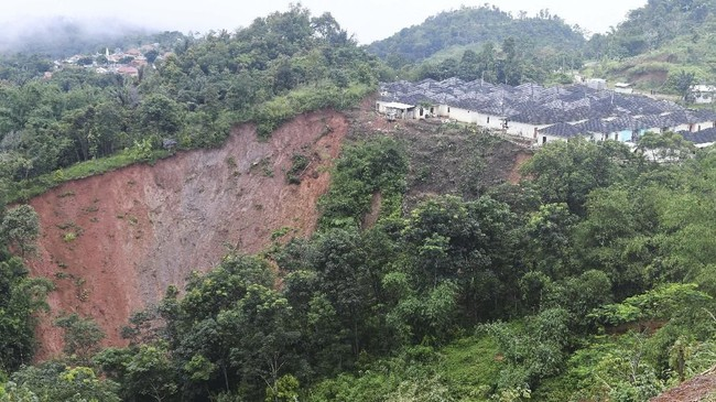 Sejumlah rumah berada di tepian longsor di Sukajaya, Bogor, Jawa Barat, Minggu (5/1/2020). (ANTARA FOTO/Akbar Nugroho Gumay)