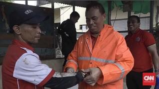 Sekda DKI Hadiahi Ketua RT Jam Tangan Saat Kerja Bakti
