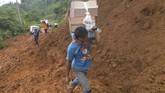 Warga korban longsor membawa logistik menaiki bukit untuk menuju rumah mereka yang terdampak longsor di Sukajaya, Bogor, Jawa Barat, Minggu (5/1/2020). (ANTARA FOTO/Akbar Nugroho Gumay)