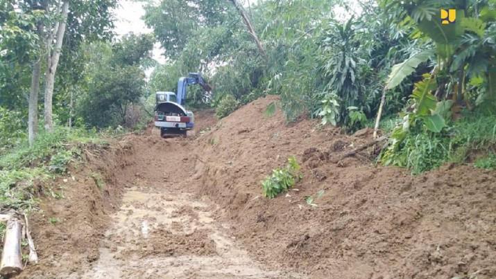 Jalan-jalan utama yang tertutup longsor di Kecamatan Sukajaya, Kabupaten Bogor, lokasi yang tak bisa ditembus helikopter Presiden Jokowi, Minggu (5/1)