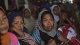 Warga korban longsor beristirahat di posko penampungan di Sukajaya, Bogor, Jawa Barat, Minggu (5/1/2020). (ANTARA FOTO/Akbar Nugroho Gumay)