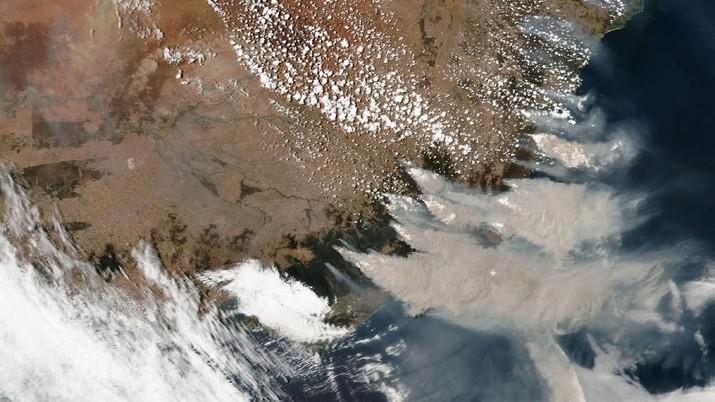 Australia sempat mengalami fenomena langit berwarna merah akibat kebakaran hebat yang melanda negara tersebut.