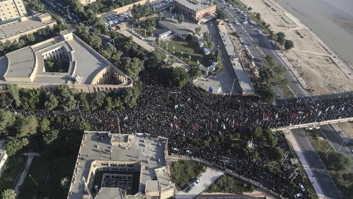 Massa Menyemut, Iran Berduka Tangisi Pemakaman Soleimani