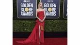 Nicole Kidman tampil menawan dalam balutan gaun strapless berwarna merah dengan belahan yang tinggi. Statement earing berwarna kuning keemasan membuatnya terlihat lebih menantang. (Photo by Jordan Strauss/Invision/AP)