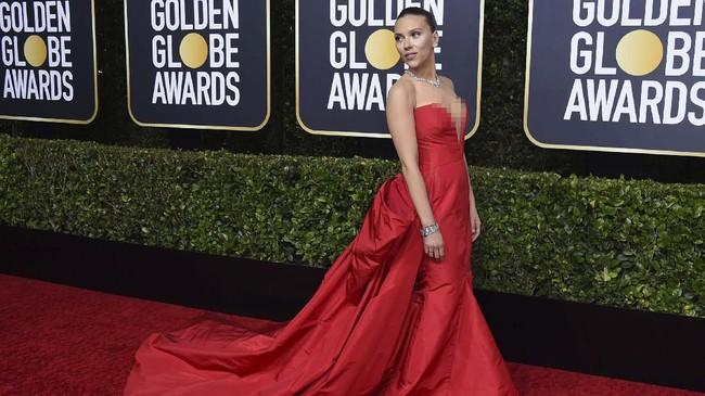 Scarlett Johansson tampil klasik dalam balutan gaun strapless berwarna merah dengan potongan leher berbentuk hati. Kalung permata rancangan Bulgari membuat kian mempesona. (Photo by Jordan Strauss/Invision/AP)