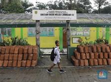 Sedihnya Sekolah Rusak Akibat Banjir, Murid Belajar di Tenda