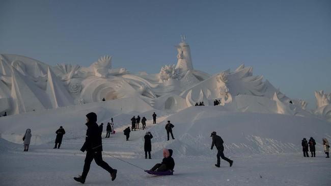 Ada empat taman hiburan yang bisa dikunjungi di festival tahunan ini, yakni; Ice and Snow World, Sun Island, Ice Lantern Fair, dan Songhua River Ice. (NOEL CELIS / AFP)