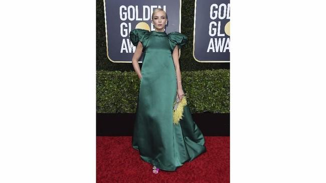 Kesan mewah memang didapat Jodie Comer lewat gaun emerald dari Mary Katrantzou ini. Hanya saja, dia tampak seperti tercekik dengan model leher yang tinggi. (Photo by Jordan Strauss/Invision/AP)